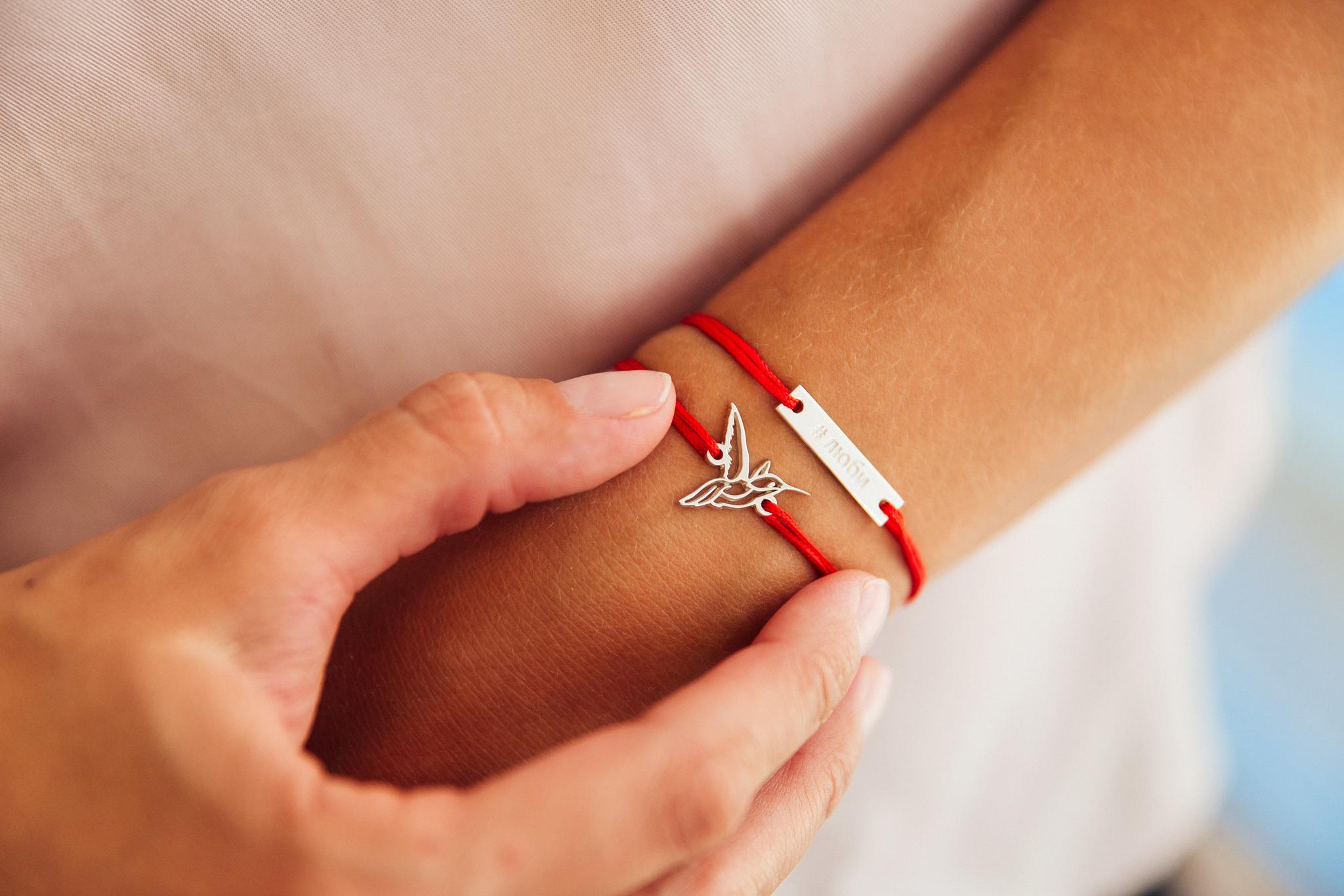 Как правильно носить красную нить на запястье?