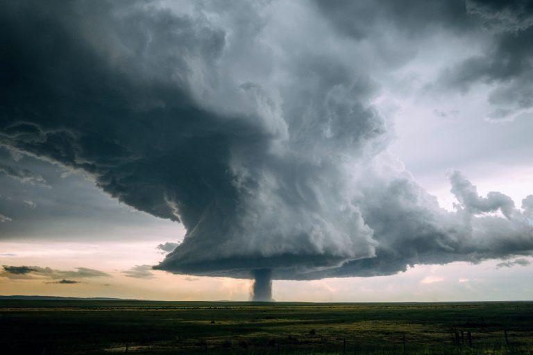 Невероятные фотографии «ядерного» торнадо в Вайоминге попали в сеть