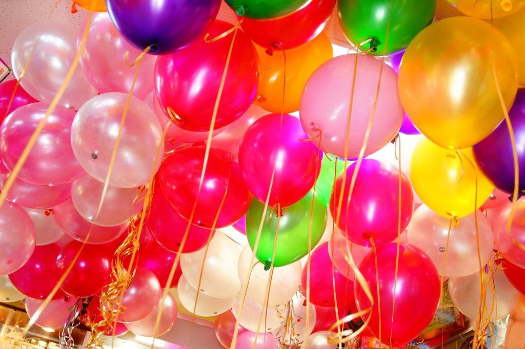 Красивая открытка с шариками с днем рождения