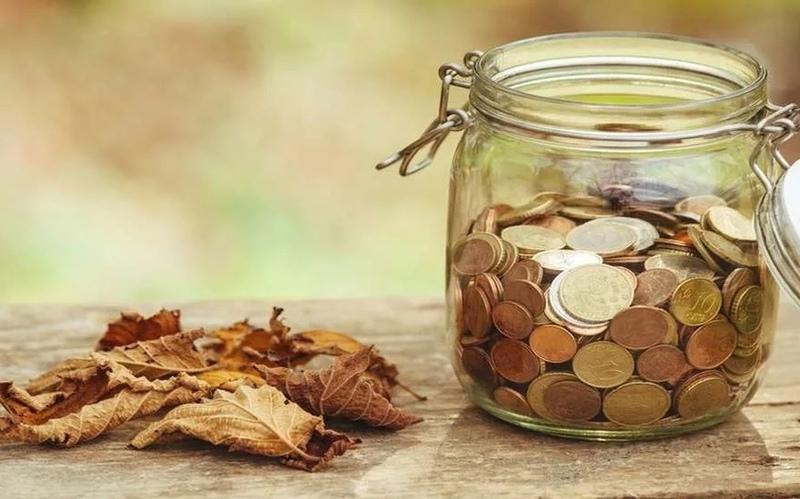 «Денежная банка»: ритуал для привлечения денег и роста прибыли