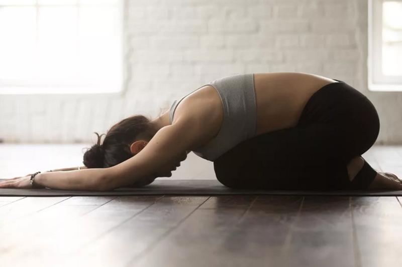 Поза ребенка в йоге: упражнение для начинающих, которое укрепляет энергетику